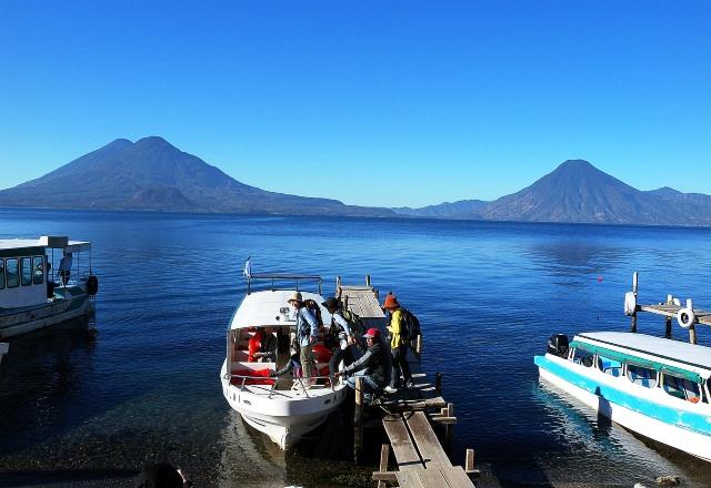 アティトラン湖と3つの火山