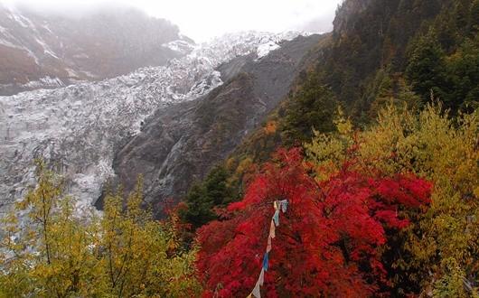 蓮花(リャンファ)寺から望む明永の大氷河