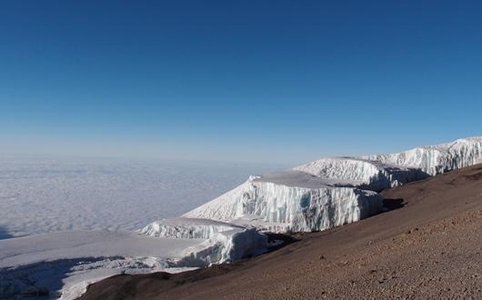 キリマンジャロ山頂に輝く氷河