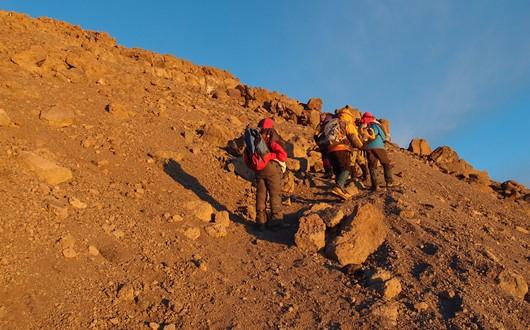 ギルマンズポイント(5,682m)への最後の登りを行く