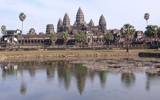 カンボジアを象徴するアンコール・ワットの全景