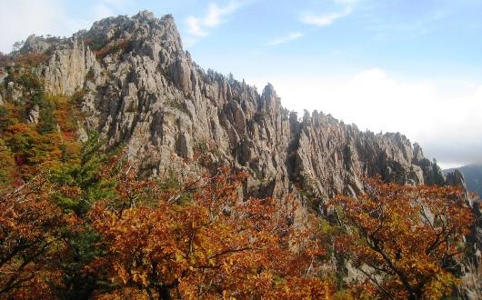 峨々たる山容と紅葉が美しい雪岳山