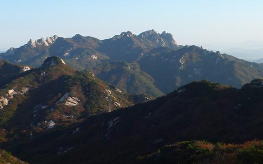 北漢山から道峰山(ドボンサン)を望む
