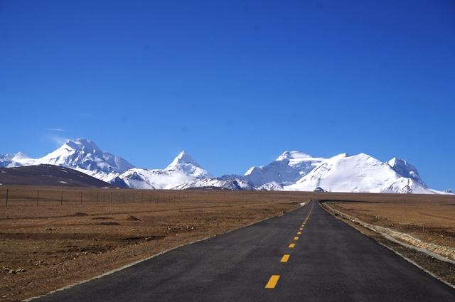 トンラ峠からのぞむ、屏風のようにそびえるヒマラヤの山々