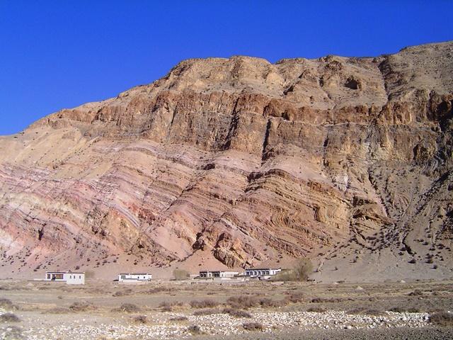 ヒマラヤ造山活動で形成された褶曲した岩壁