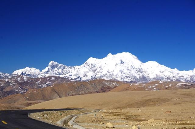 トンラ峠付近からのシシャパンマ(8,027m)