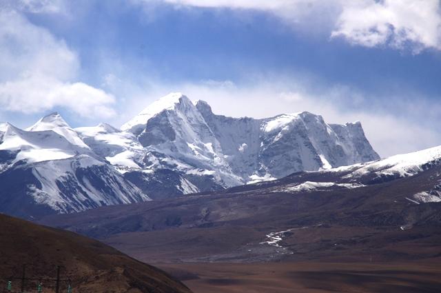 車窓からのニェンチンタングラ山脈