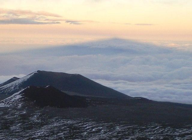 雲海に映るマウナケアの山容