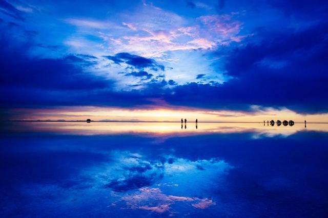 まるで宇宙空間のような夕陽に染まるウユニ塩湖