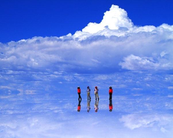 水をたたえたウユニ塩湖。水平線が消える