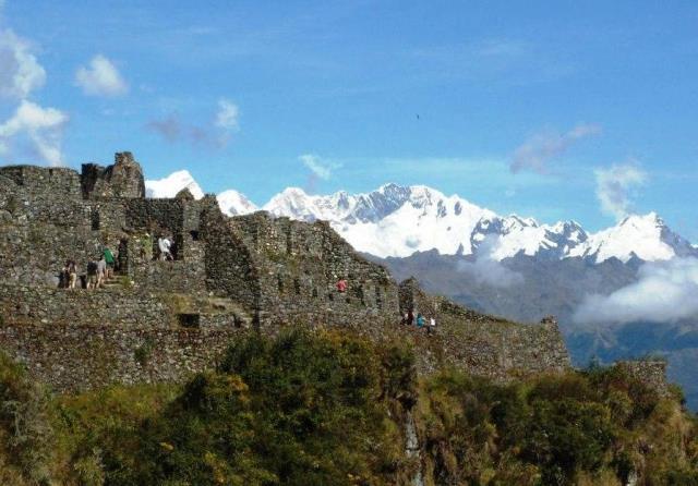 サヤクマルカ遺跡。背後にはビルカバンバ山群が連なる(トレッキング3日目)