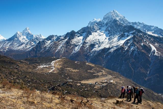 ゴンラからクーンブ山群の山々を一望する