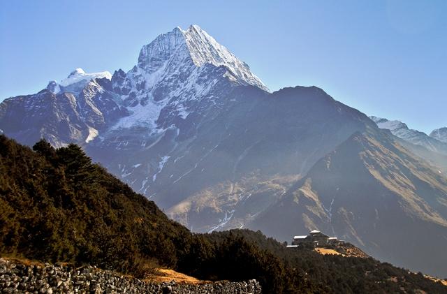 エベレスト・シェルパ・リゾート前にひときわ高くそびえるタムセルク(6,623m)