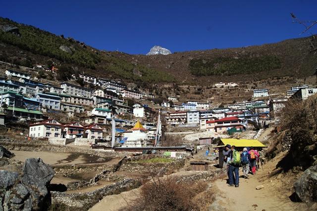 斜面に家が立ち並ぶナムチェ村