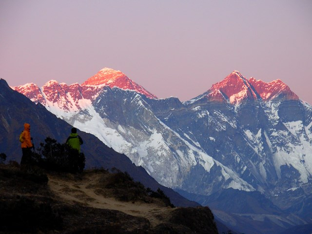 シャンボチェのロッジ前から望む夕景のエベレスト