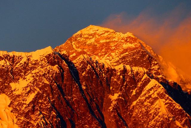 夕陽に染まるエベレスト南西壁