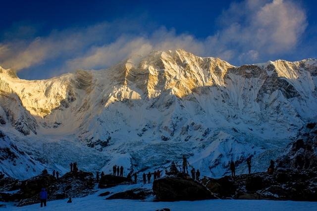 朝日に染まるアンナプルナⅠ峰の南壁。標高差は実に4,000m近い