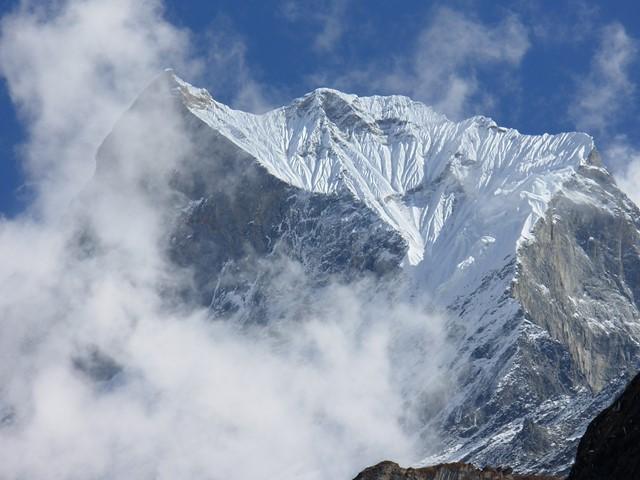 内院からのアンナプルナⅢ峰(7,555m)