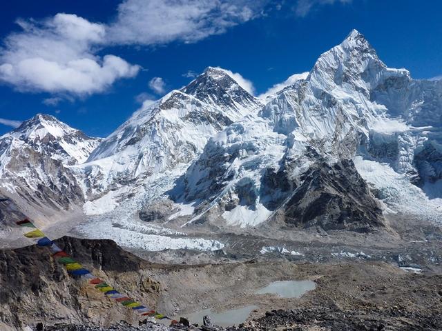 カラパタール山頂からエベレスト(左)とヌプツェ(右)とアイスフォールを望む