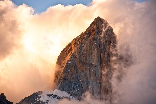フィツロイBCから雲湧く夕陽のフィッツロイ峰を見上げる