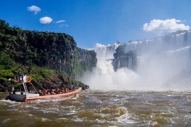 水着に着替え、ボートに乗ってイグアスの滝のハイライト「悪魔ののど笛」へ