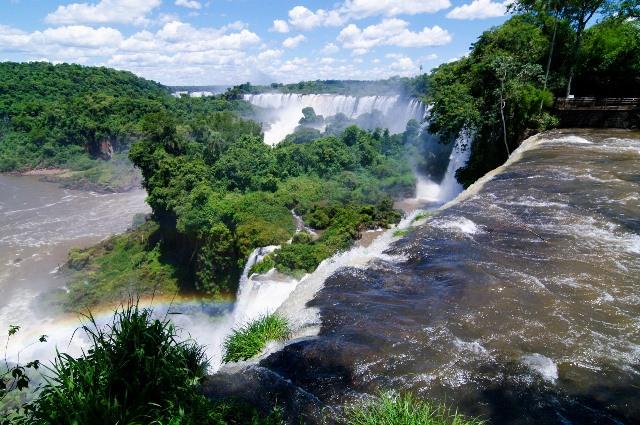 壮大なスケールのイグアスの滝