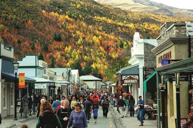 黄葉に染まる秋の風景を満喫する人々