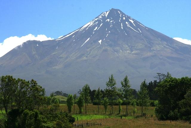 ニュープリモスを出発し、タラナキ山に挑む(登頂ルートは右手の斜面)