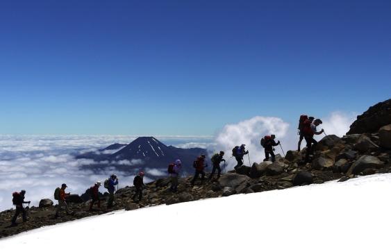 雲上の尾根を登りルアペフ山頂へ(背後はナウルホエ山)