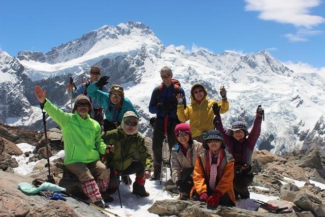 大迫力の景色が広がるMt.オリビエの山頂にて。皆で登頂の喜びを分かち合う