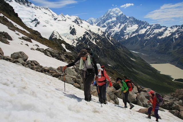 Mt.クックを背に、ゆっくりと高度を上げMt.オリビエの山頂を目指す