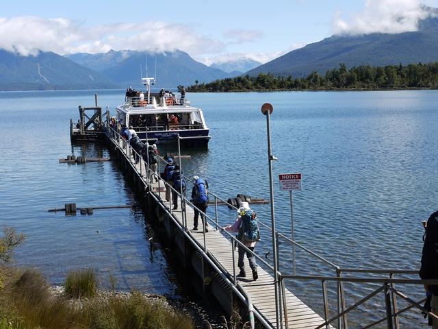 ボートでテアナウ湖を渡って登山口へ(ミルフォード・トラック1日目)