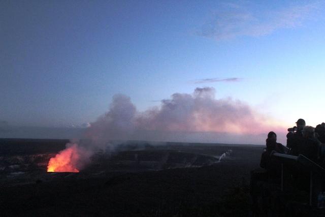 夕闇に赤く染まるハレマウマウの火口(ハワイ島)
