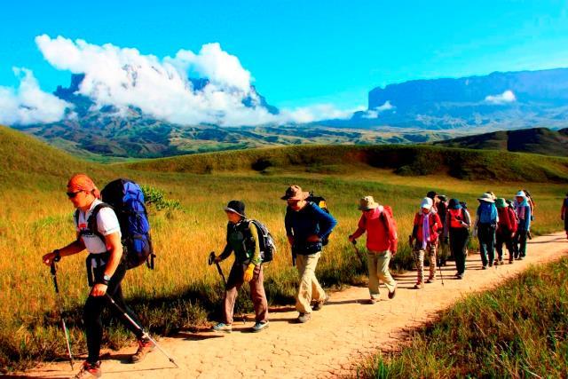 クケナン(左)とロライマ(右)をバックに広大な荒野を下山する