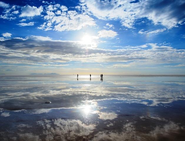 太陽の光が反射して輝く湖面