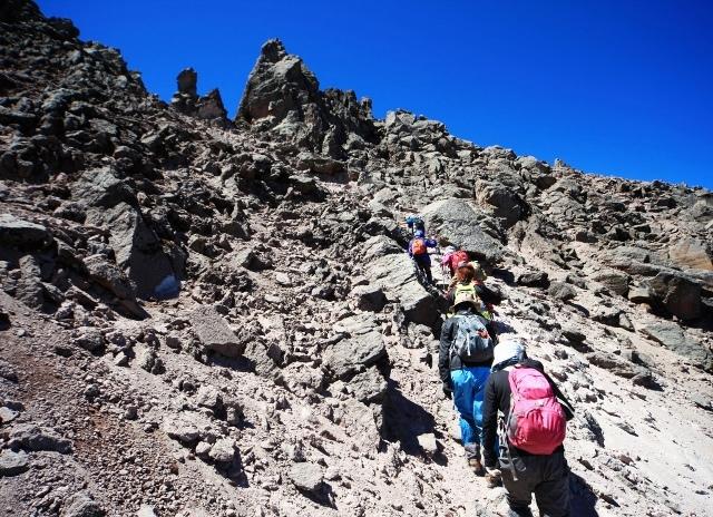 頂上直下の急斜面を登る
