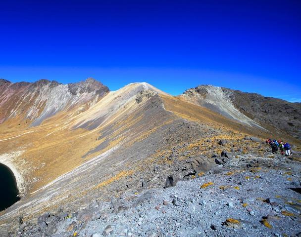 トルーカ山の火口を進み北峰山頂(左奥)をめざす