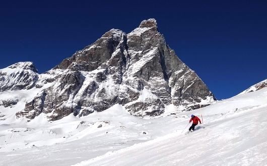 ツェルマットからスキーでイタリア側から巨大なマッターホルンを見ながら滑る
