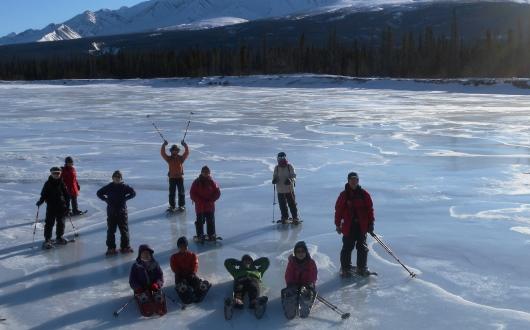 凍結した湖や川をスノーシュー・ハイキング