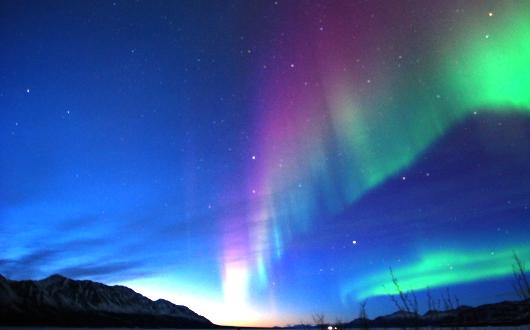 カナダ極北の夜空に舞う神秘のオーロラカーテン(クルアニ・ロッジにて)