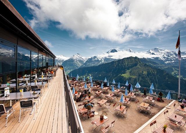 シーニゲ・プラッテホテルのテラスから絶景をのぞむ