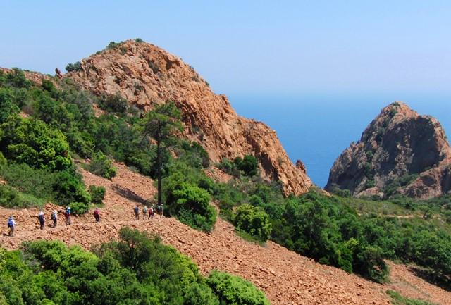 赤い岩山レステレル山塊をハイキング、前方には地中海を望む