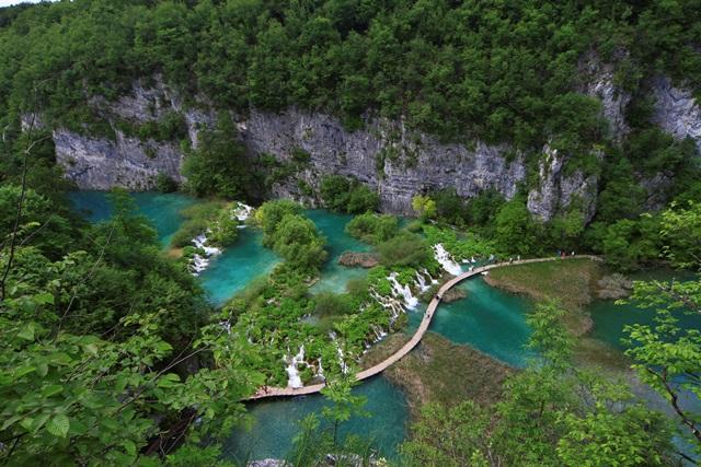 世界自然遺産のプリトヴィツェ湖群国立公園をハイキング。階段状に滝が流れる