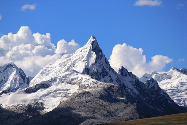ブランカ山群南部にそびえるシャクシャ(5,632m)