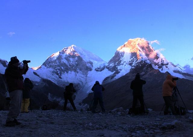 ヤンガヌコ峠から望む、朝焼けのペルー最高峰ワスカラン(6,768m)。左が主峰の南峰、右が北峰