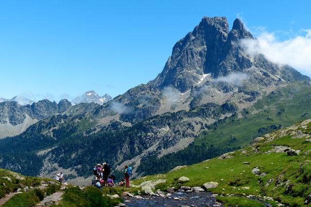 独立岩峰ピック・デュ・ミディ・ドッソオを展望するハイキング