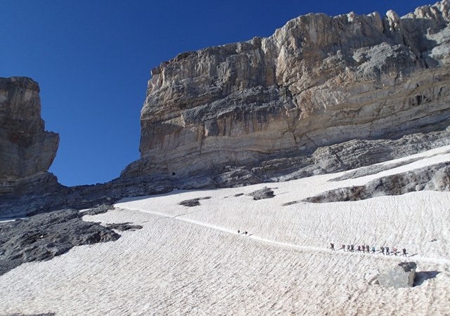 """岩壁がそそり立つ、フランス・スペイン国境の峠、""""ローランの裂け目""""へと登る"""