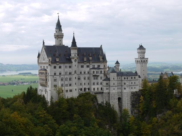 白亜の名城ノイシュヴァンシュタイン城をのぞむ