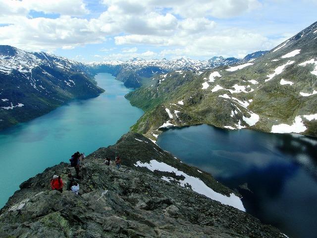 有名なベッセゲン尾根を下る。左がイェンデ湖、右がイェンデ湖よりも400mも高いベス湖
