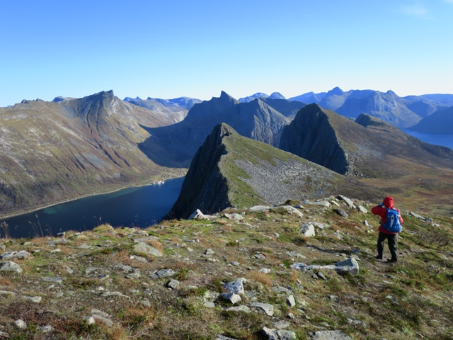 フースフィレ山からの下り、無数の小さなフィヨルドが急峻な岩山を取り囲む